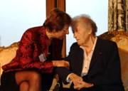 """Lucie Aubrac, marraine du premier colloque """"Femmes handicapées citoyennes"""" novembre 2003"""