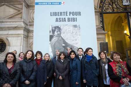 bache à l'hotel de ville pour libérer Asia Bibi