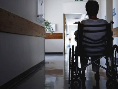 Une femme de dos en fauteuil roulant image Getty