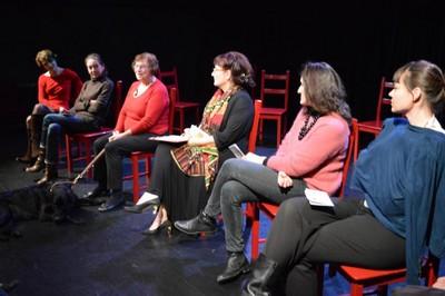 Maudy sur la scène du luceernaire avec les actrices