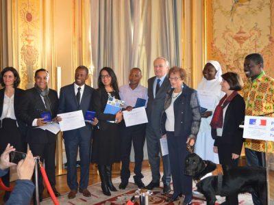 maudy avec le prix entourée des autres lauréat.e.s