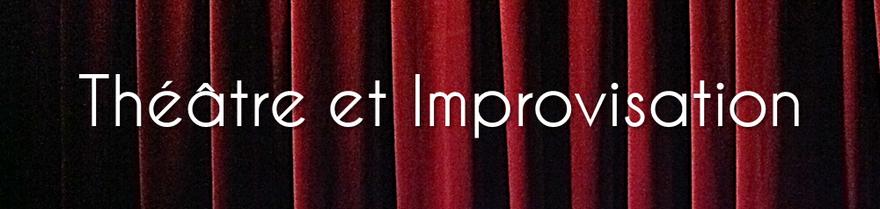 les mots théâtre et improvisation sur un rideau de scène rouge