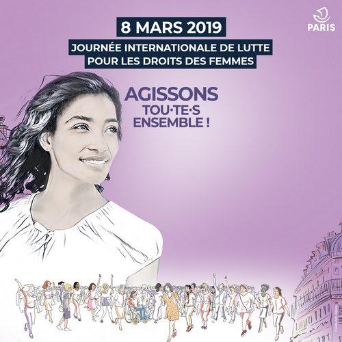 femme souriante avec une marche de femmes