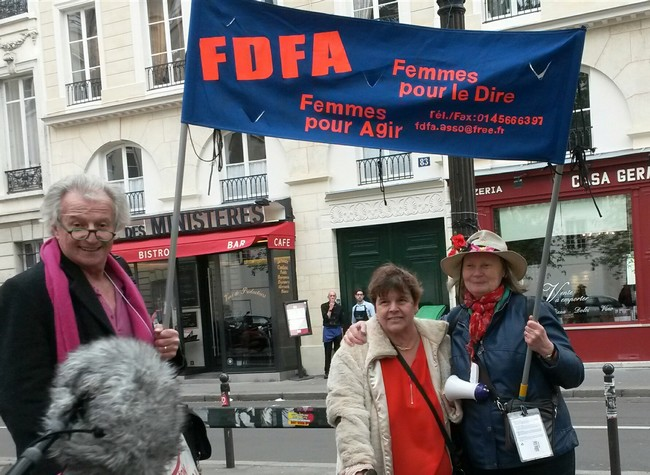 Olivier, Nadine et Florence avec la banderole