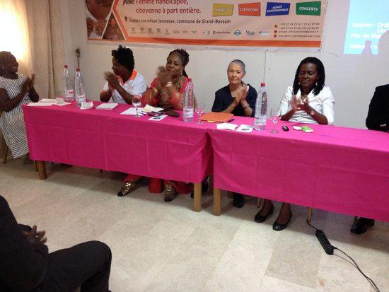 catherine entourée à la tribune de femmes africianes