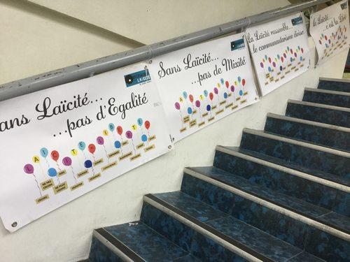 panneaux dans l'escalier
