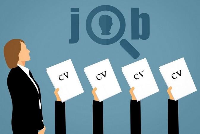 Une femme devan des mains tendant des CV