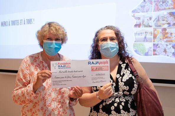 Claire Desaint et Isabelle Dumont avec le chèque de la Fondation Raja